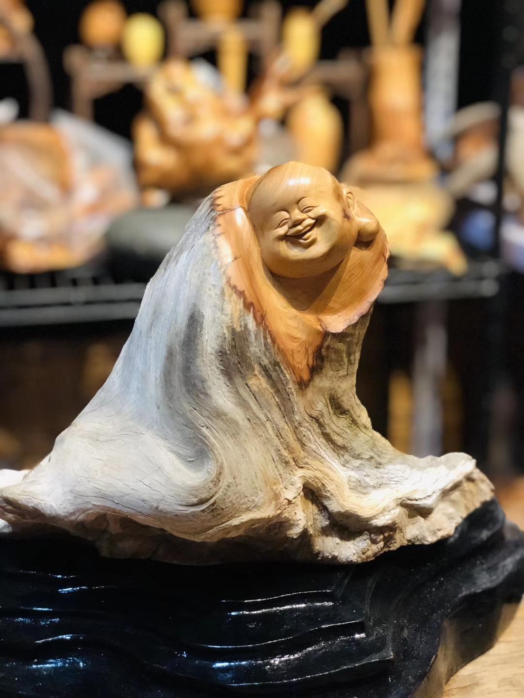 【弥勒佛】牛气的骨质料,大坨坨漩涡大骨料,形体协调,表情可爱。规格:高27,长32,重3斤左右。