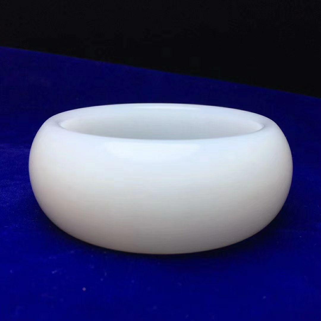 【腕间柔情】仅此一件,绝世传家宝老坑极品手镯   白度一级   玉质细腻油润   过灯无裂无杂无结构   完美品质。 内经60 条宽厚 29/11.5mm  重158.4克
